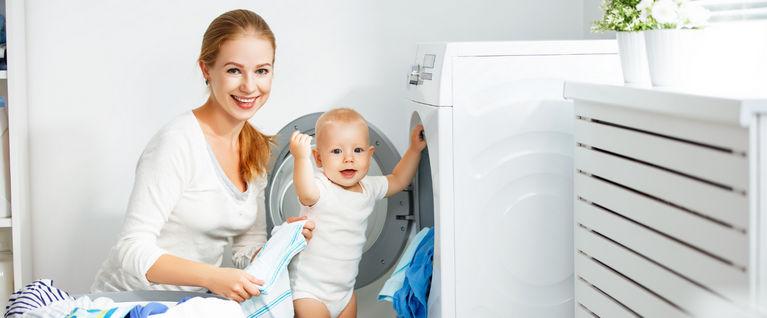мама с ребенком у стиральной машины