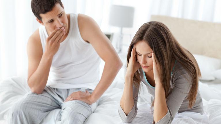 муж с женой на кровати