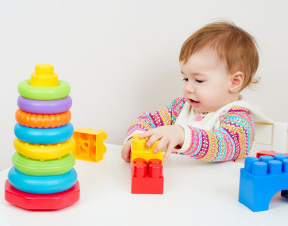 ребенок играется