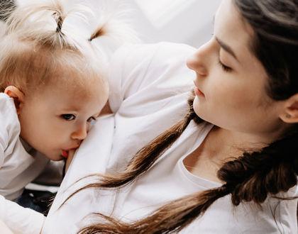 мама кормит грудью подросшую дочь