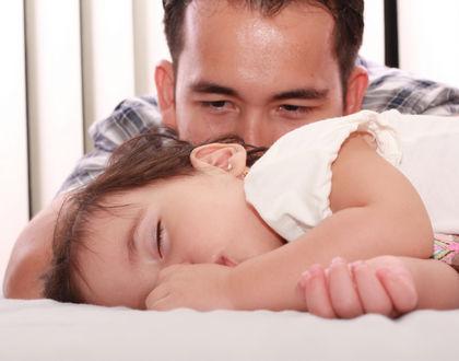 папа со спящей дочкой