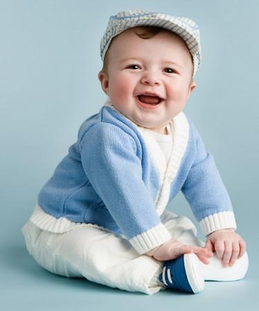 Ребенок сидит и улыбается