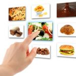 женщина выбирает еду на тач панели