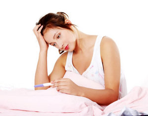 женщина с тестом на беременность