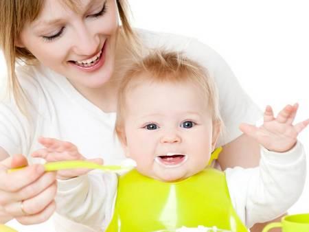 мама отлучает ребенка от груди, заклеив сосок пластырем