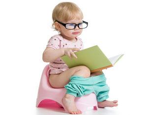 девочка читает на горшке