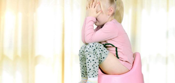 девочка плачет на горшке