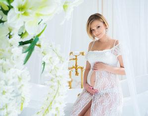 беременная сидит на краю ванны