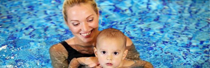 Купание мамы с ребенком в бассейне