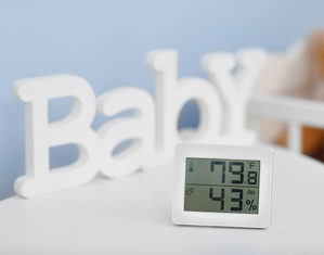 гигрометр и термометр на столе