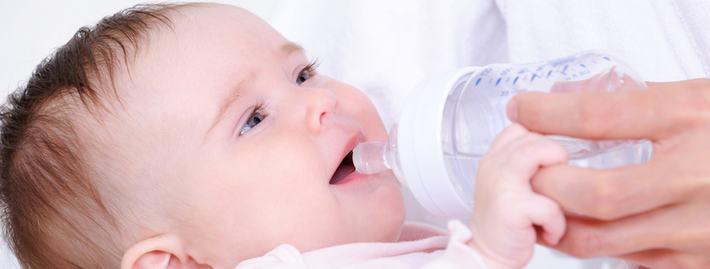 Новорожденному дают воду
