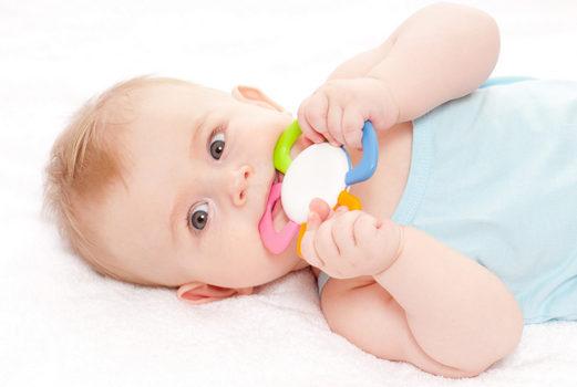 новорожденный с погремушкой