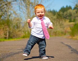 Мальчик идет по дорожке