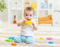 ребенок играет в игрушки