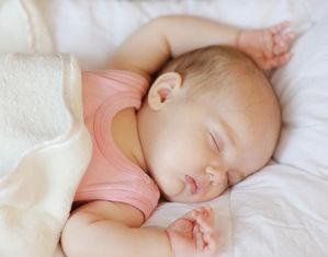 Младенец спит на спинке раскинув ручки