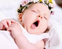 Новорожденный зевает