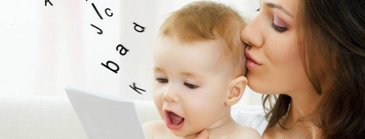 Ребенок с мамой учит буквы