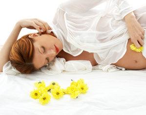 беременная лежит с цветами