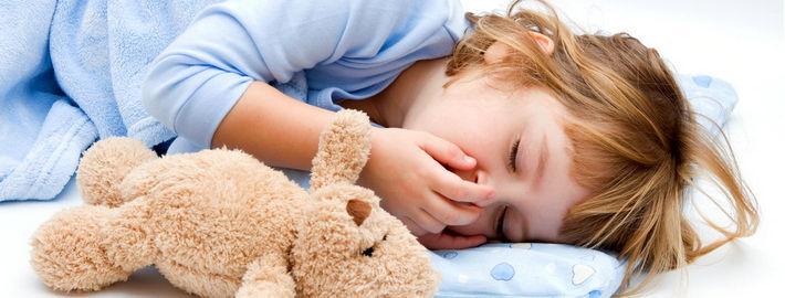 Девочка спит в обнимку с мишкой