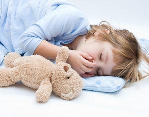 девочка спит с мишкой
