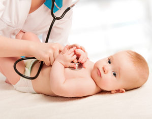 Врач обследует новорожденного