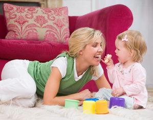 малышка играет с мамой