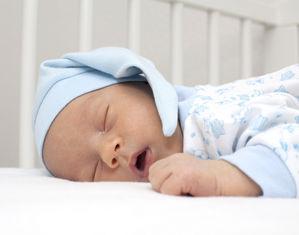 Младенец в синем колпаке спит