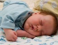 Новорожденный спит с запрокинутой головой