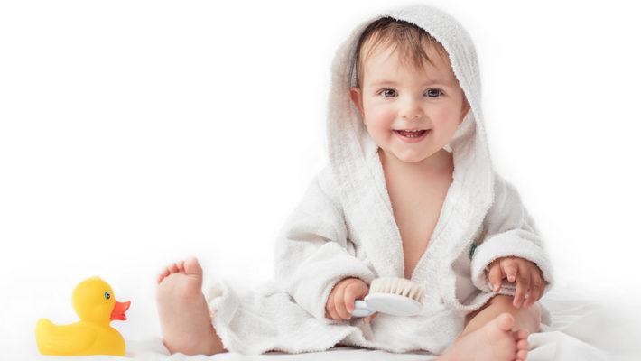 новорожденным хватает себя за волосы