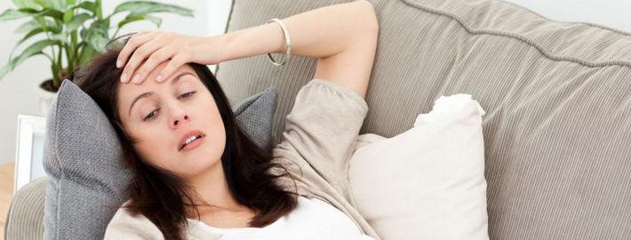 Мама лежит на диване с больной головой