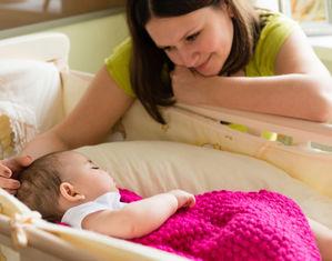 мама укладывает малышку спать