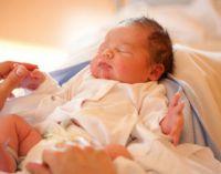 Новорожденный спит на спинке