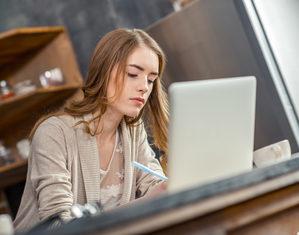 женщина пишет