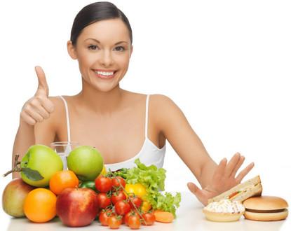 Мама с фруктами и овощами на столе