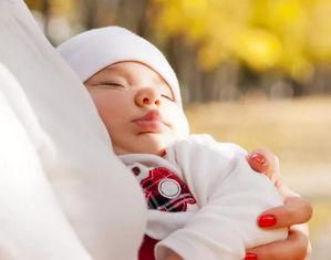 Ребенок спит на улице
