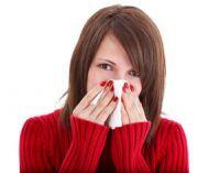 женщина закрыла нос платком