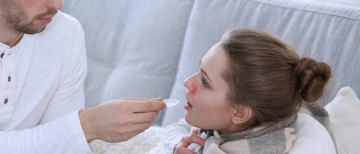 муж лечит жену сиропом