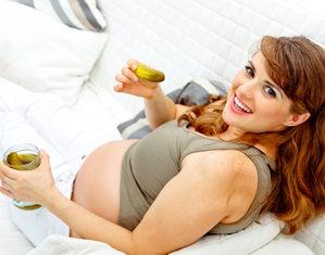беременная ест огурцы