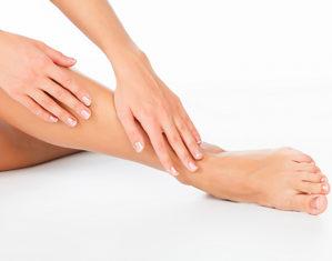 женщина гладит ноги