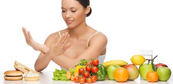 Женщина перед столом с едой