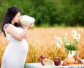Беременная ест