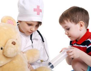дети играют во врачей
