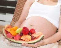 Беременная держит фрукты