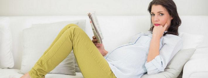 Беременная читает