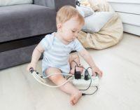 ребенок играет с проводами