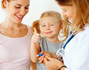 девочка сдает анализ крови