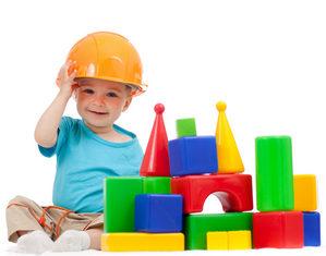 мальчик играет в конструктор