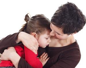мама утешает девочку