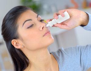 женщина лечит насморк