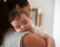 Ребенок спит на плече у мамы